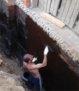 Гидроизоляция фундаментной стены вручную обмазочной однокомпонентной жидкой резиной